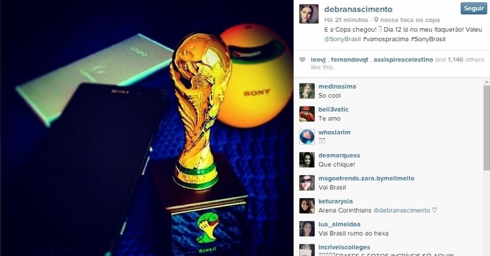 10.jun.2014 - Débora Nascimento comemorou a proximidade da Copa do Mundo, que começa na quinta (12), ao postar foto de uma miniatura da taça do mundial.