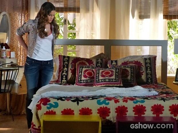 Luiza vê vestido de noiva da mãe em sua cama