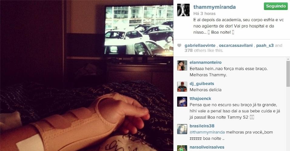 Thammy Miranda mostrou seu braço esquerdo com uma tala após pegar pesado na musculação.