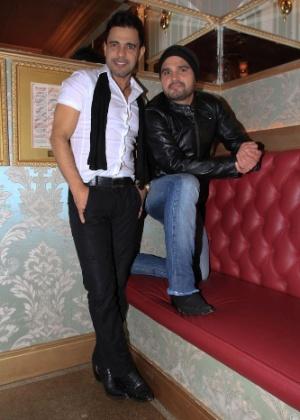 Zezé di Camargo e Luciano posam para os fotógrafos em lançamento do novo CD