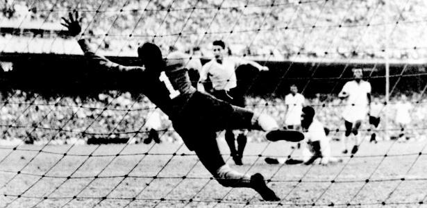 Moacyr Barbosa é vencido pelos uruguaios no estádio do Maracanã