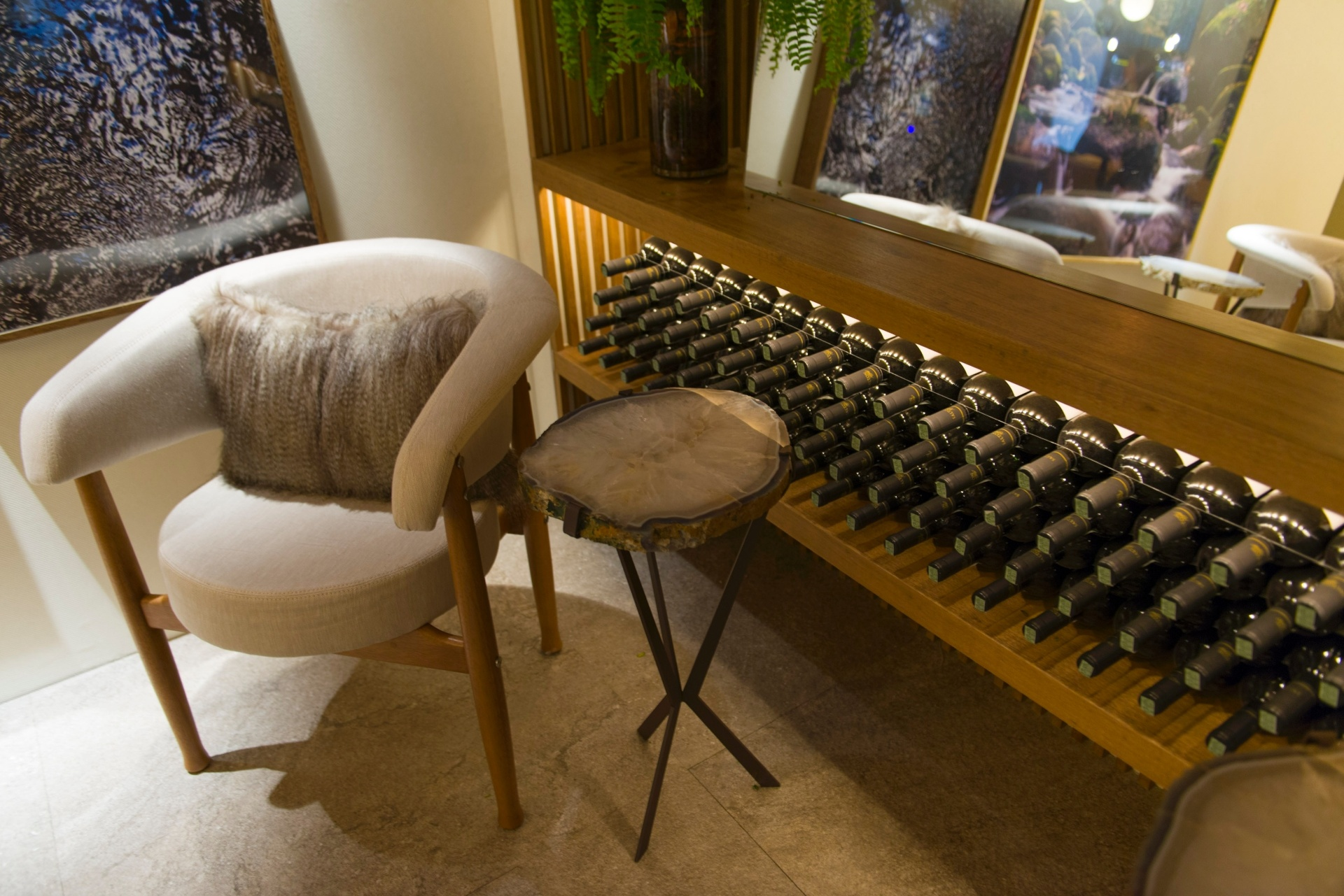 Garrafas de vinhos incorporadas à decoração - Para quem adora um bom vinho, na Adega Gourmet, o arquiteto Bruno Gap traz ideias para agregar as garrafas da bebida à ambientação