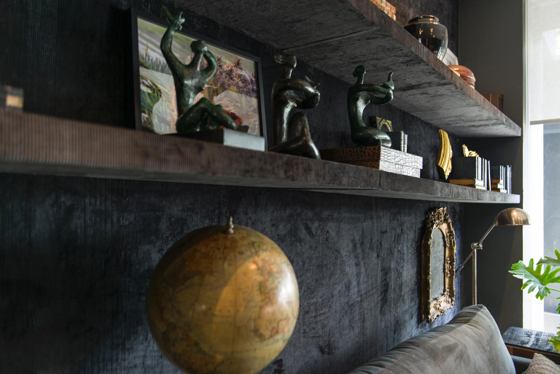 Inovar no modo de revestir - Em uma das salas de estar da Casa Contemporânea, desenvolvida por Ana Maria Vieira Santos, um único revestimento (tecido de veludo) cobre por inteiro a parede e as prateleiras, o que cria um efeito impactante e unifica os elementos
