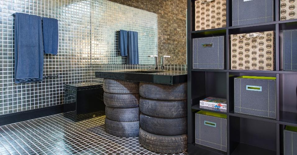 Materiais reaproveitados - No espaço da Brinquedoteca, inspirado no Batman, a arquiteta Maite Maiani usou pneus velhos para decorar o banheiro, colocando-os abaixo da bancada da pia
