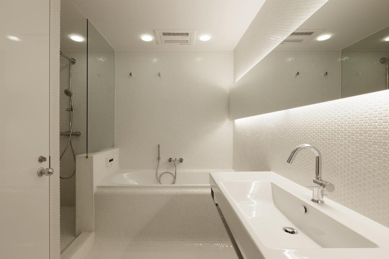 Banheiro com bancada de mármore travertino   cuba de semi encaixe #7A6B51 1280x853 Banheiro Com Banheira Bege