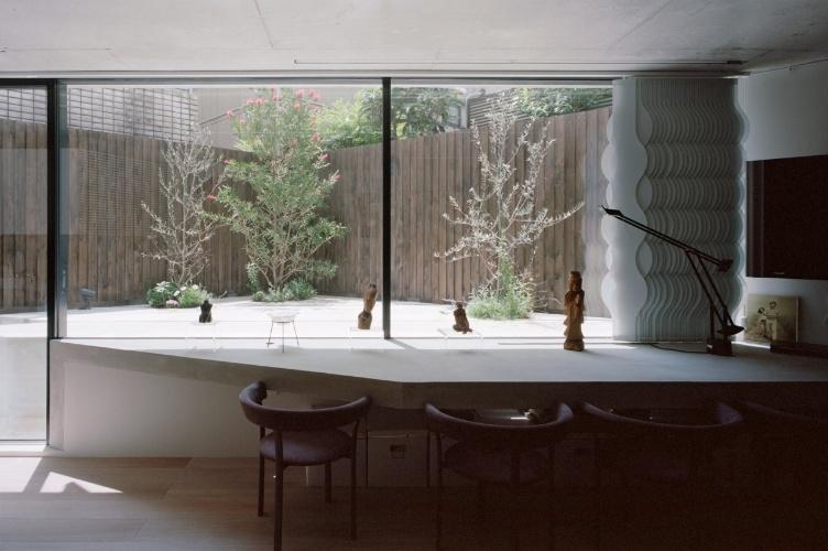 quintal é cercado e protegido por um muro de tábuas de madeira