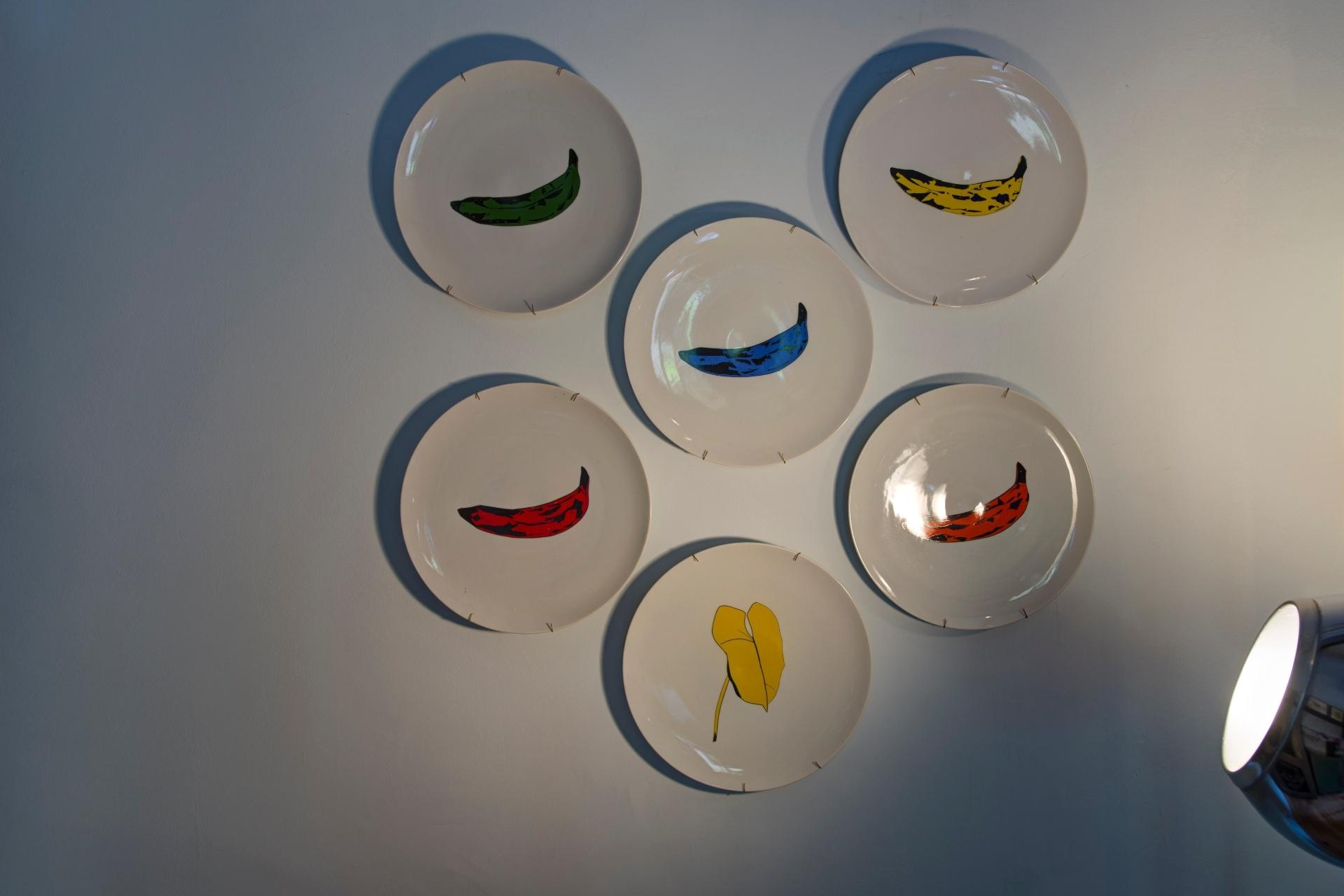 Pratos decorativos - Na cozinha do Chalé do Jogador de Golfe, projetado por Antonio Ferreira Junior e Mario Celso Bernardes, os desenhos dos pratos (Greghi Design) pontuam cor à parede branca