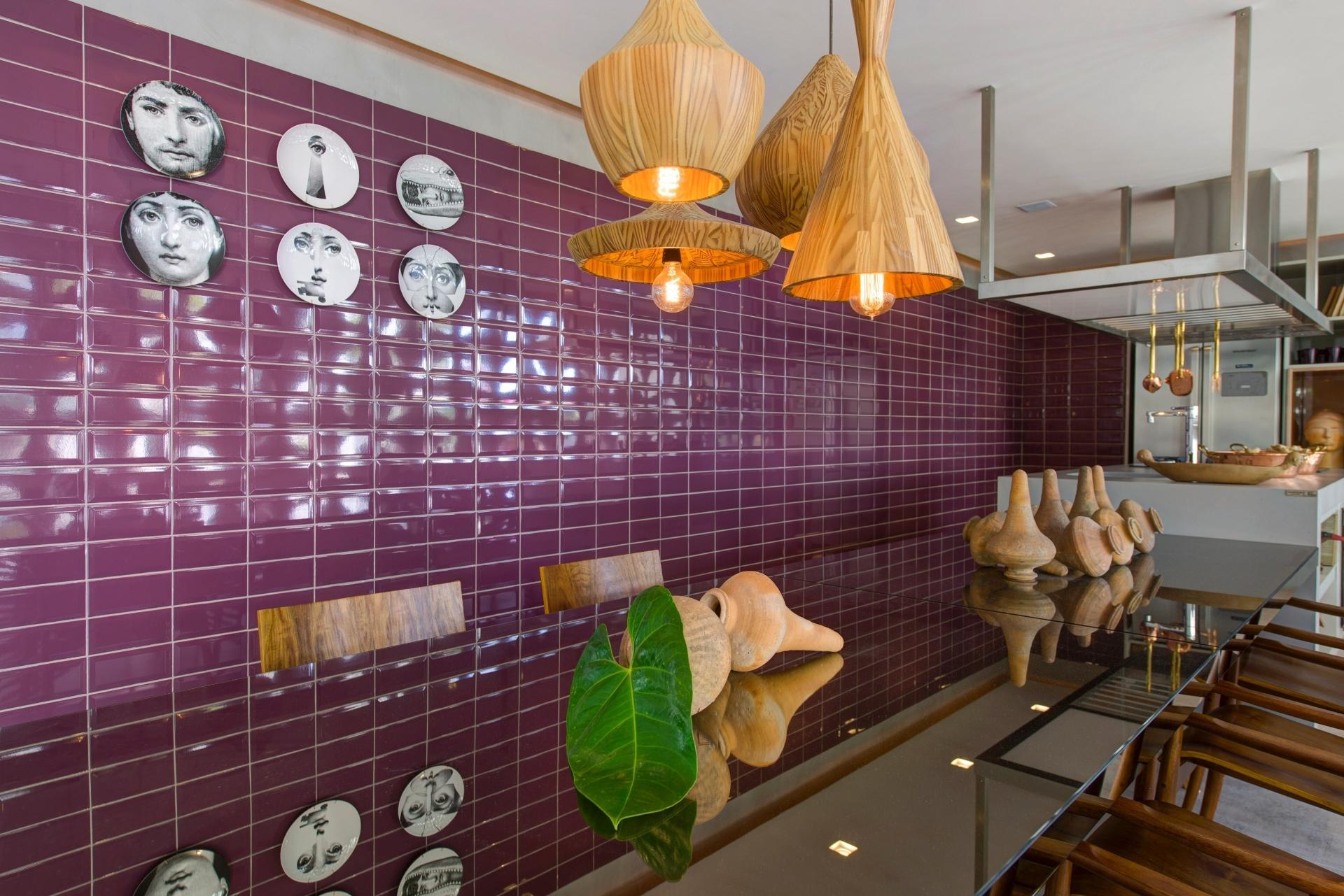 Pratos decorativos - Os ambientes da mostra apresentam propostas interessantes de como combinar pratos em paredes de diferentes revestimentos. Na cozinha do Lounge Galeria, Leo Shehtman colocou pratos em preto e branco sobre os azulejos ingleses Purple em tom vinho (Decortiles)