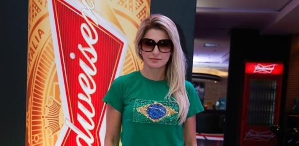 Antonia Fontenelle assiste ao jogo do Brasil e Croácia em hotel no Rio de Janeiro