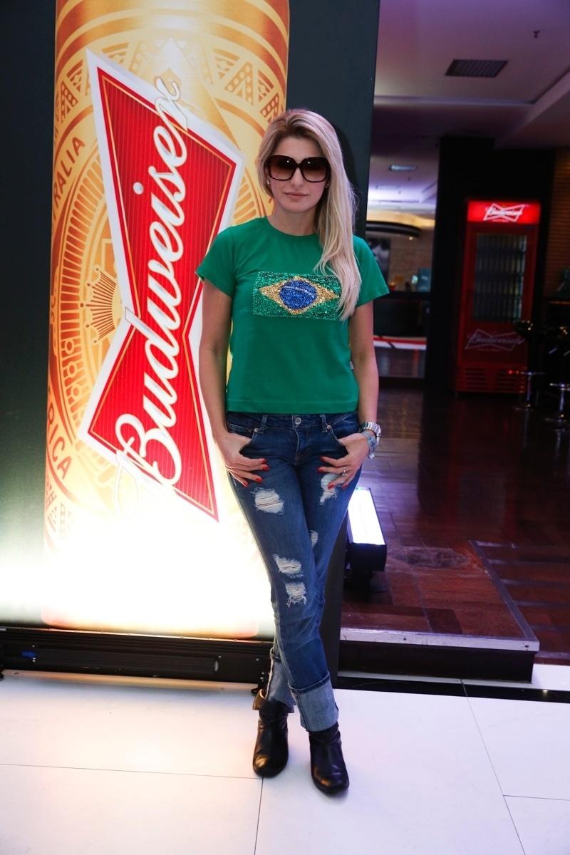12.jun.2014 - Atriz Antonia Fontenelle assiste ao jogo do Brasil e Croácia em hotel no Rio de Janeiro