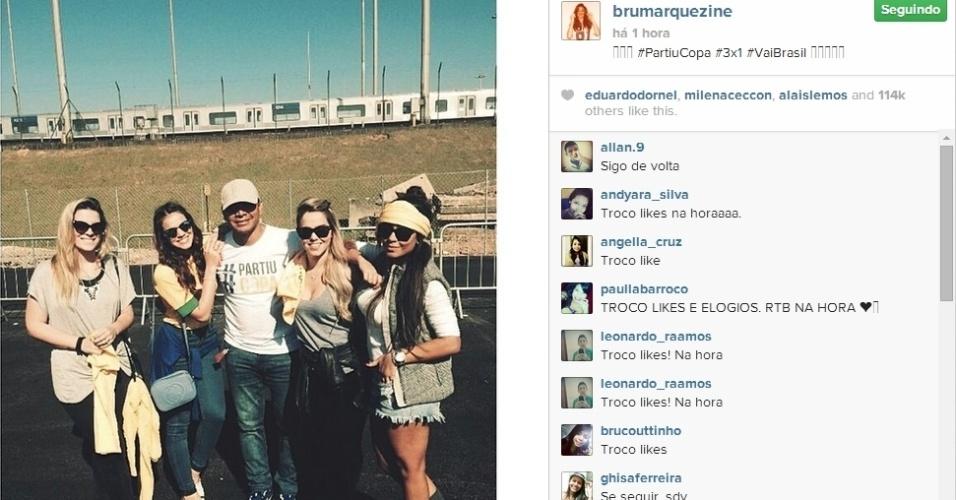 """12.jun.2014 - Atriz Bruna Marquezine comemora vitória do Brasil contra a Croácia ao lado do sogro Neymar, da sogra Nadine e da irmã do craque Rafaella. """"PartiuCopa #3x1 #VaiBrasil"""", escreveu a atriz na legenda da imagem"""