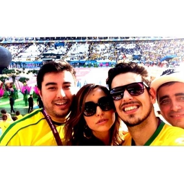 12.jun.2014 - Sabrina Sato se uniu aos torcedores famosos para vibrar pelo Brasil no jogo contra a Croácia na Copa.