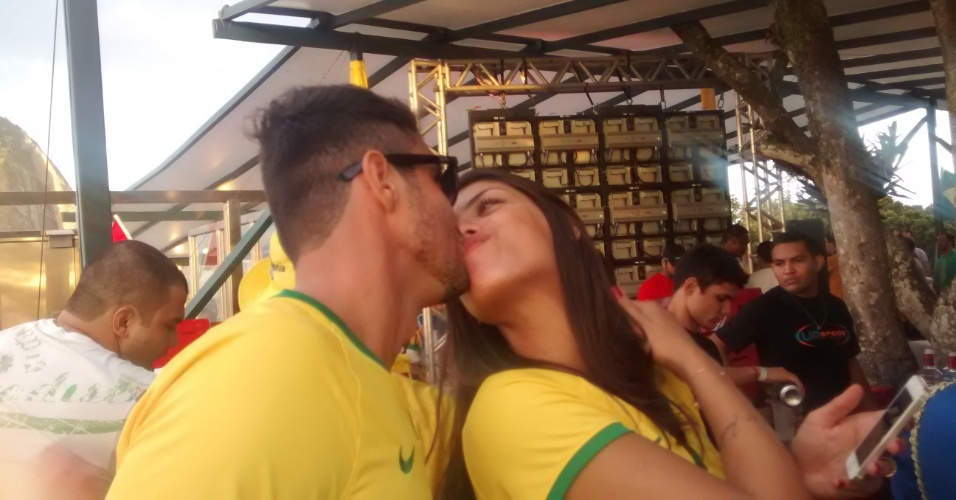 Ex-BBBs Franciele e Diego aproveitam para namorar enquanto torcem pelo Brasil na Copa do Mundo