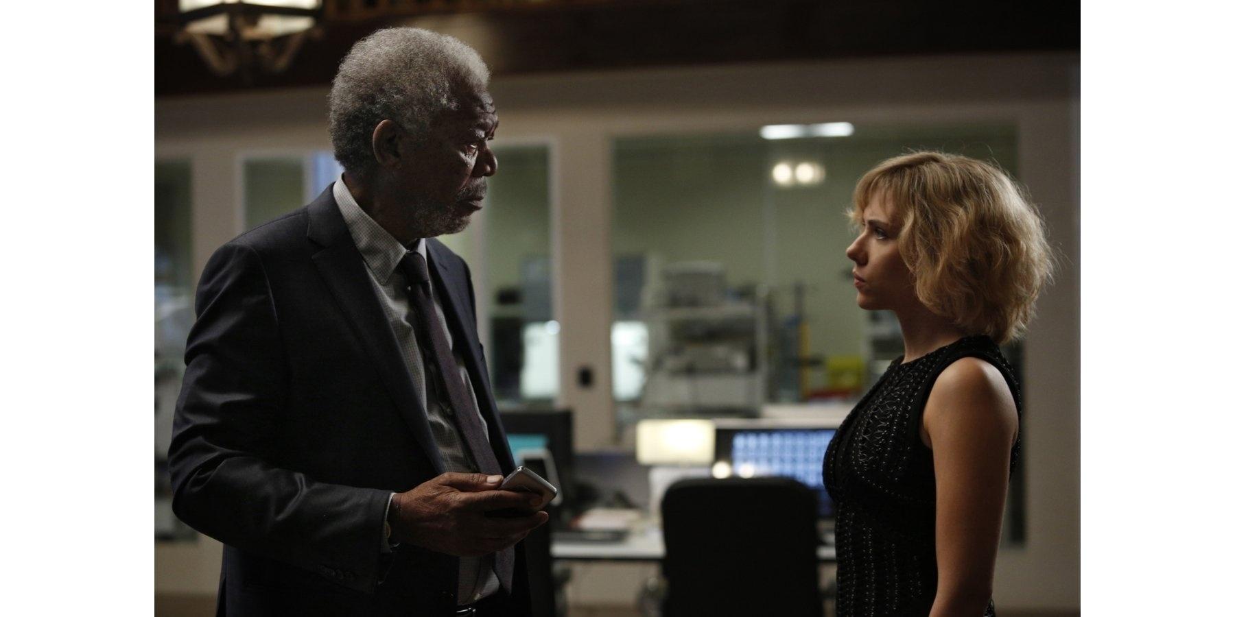 Morgan Freeman e Scarlett Johansson em cena de