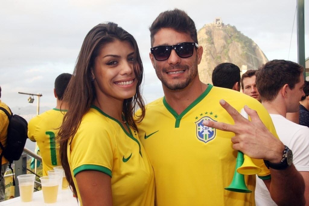 12.jun.2014- Franciele e Diego comemoram o Dia dos Namorados em festa no Morro da Urca, no Rio de Janeiro, no primeiro jogo da Copa, Brasil x Croácia