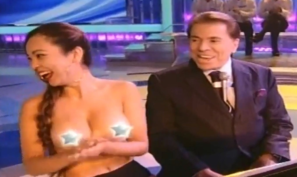 15.jun.2014 - Silvio Santos se diverte com pianista Suzy