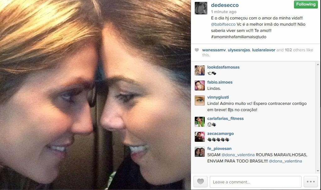 16.jun.2014 - Deborah Secco posta foto com a irmã Barbara e se declara: