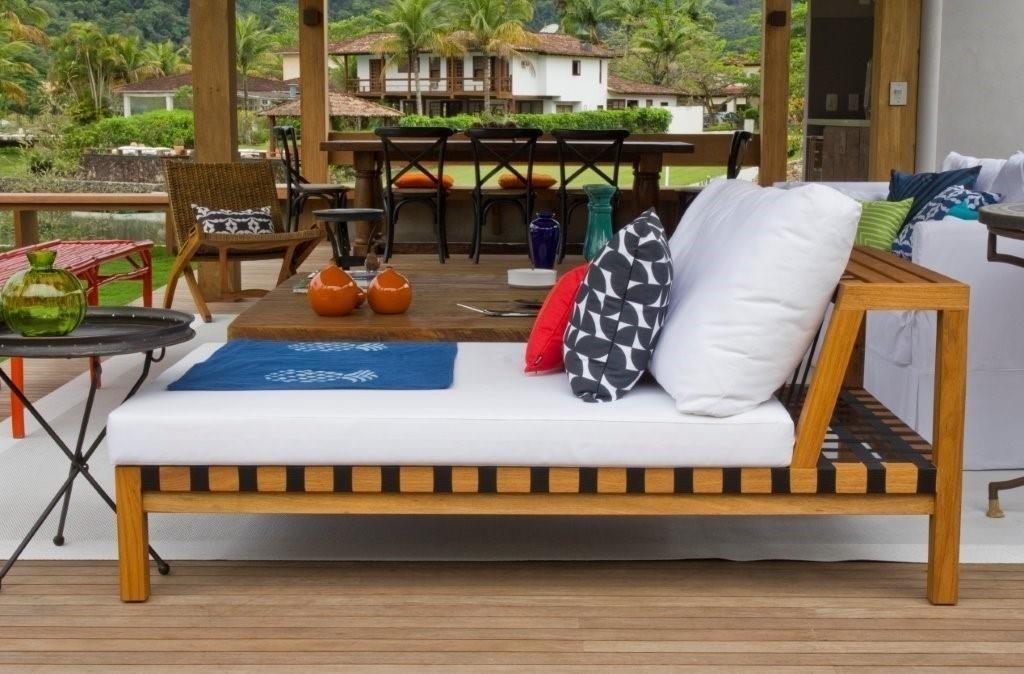 No terraço, destaque para a espreguiçadeira estruturada em madeira. Em um condomínio próximo à cidade de Paraty (RJ), a casa de praia tem projeto de interiores assinado por Marília Veiga