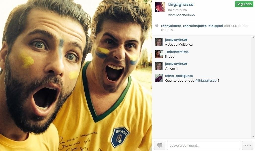 17.jun.2014 - Bruno Gagliasso e o irmão Thiago Gagliasso pintaram o rosto para torcerem pela Seleção no jogo contra o México, que terminou empatado em zero a zero. No selfie, os dois aparecem vibrando pelo Brasil
