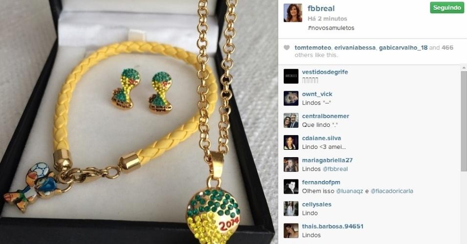 17.jun.2014 - Fátima Bernardes mostrou os seus novos amuletos da sorte na torcida a favor do Brasil durante a Copa.