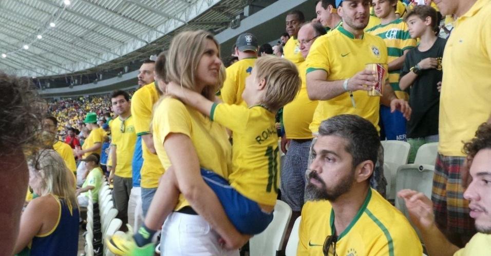 17.jun.2014 - Fernanda Lima assistiu ao jogo do Brasil contra o México na Arena Castelão, em Fortaleza, com o marido, Rodrigo Hilbert, e os filhos