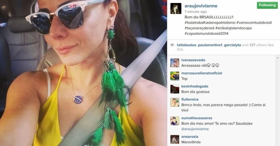 17.jun.2014 - Viviane Araújo mostra o maxi brinco verde.