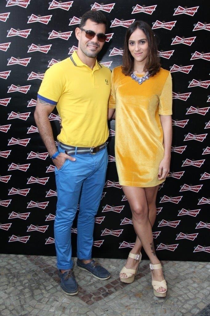 17.jun.2014 - Juliano Cazarré e a mulher Letícia Cazarré apostaram na cor amarela para torcer pelo Brasil
