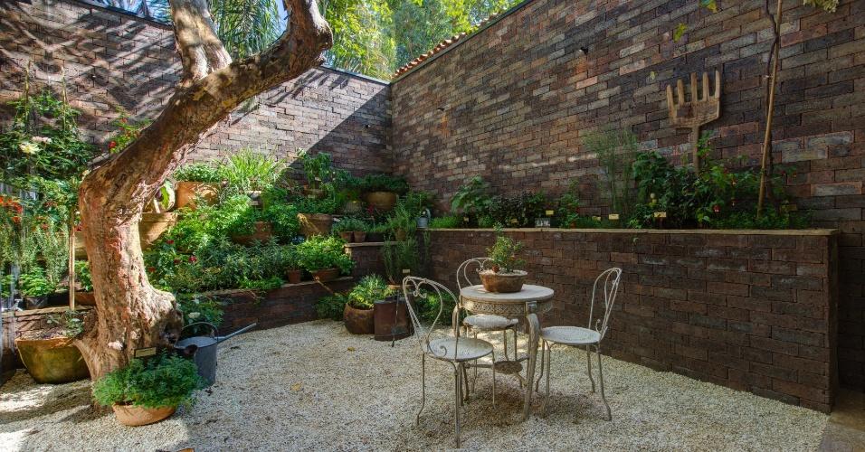 No jardim de inverno, projetado por Gilberto Elkis para a Casa de