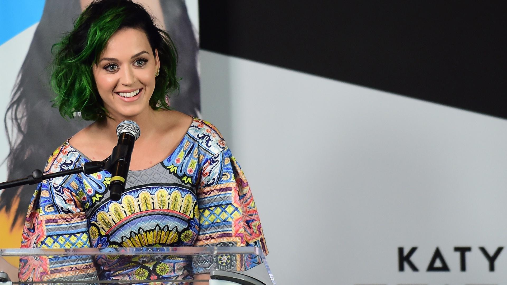 12.jun.2014 - Katy Perry discursa em Los Angeles, em evento filantrópico