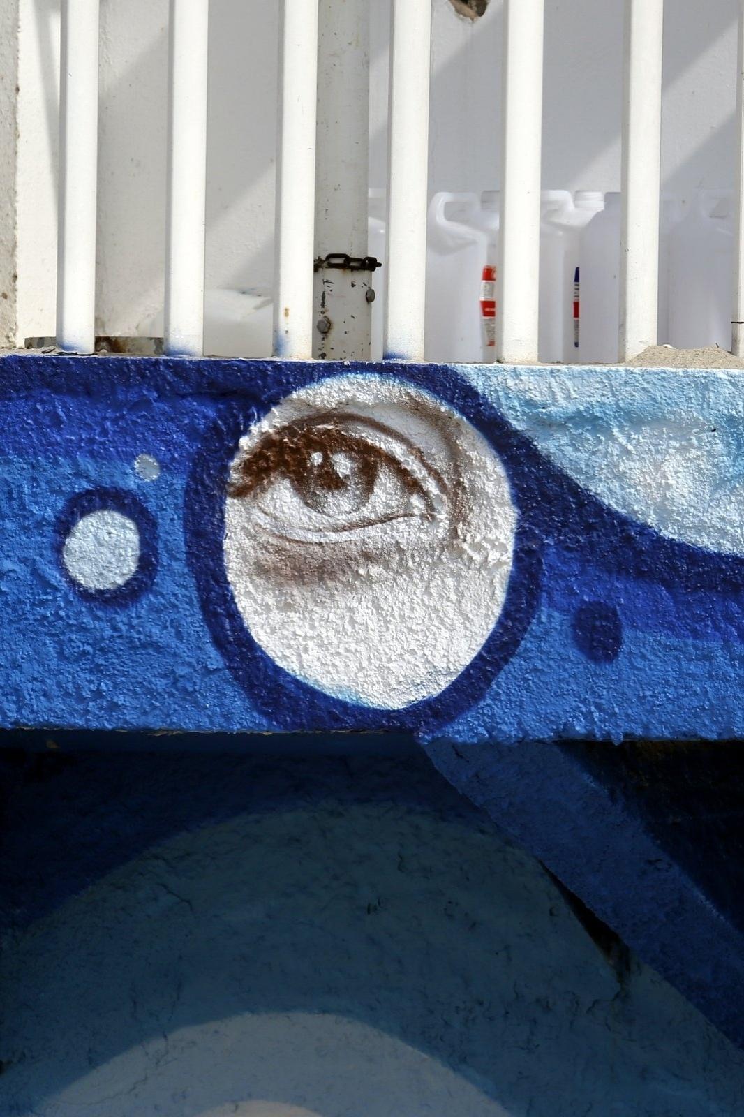18.jun.2014 - Detalhe para os olhos de Luana Piovani desenhados no Posto 12 do Leblon