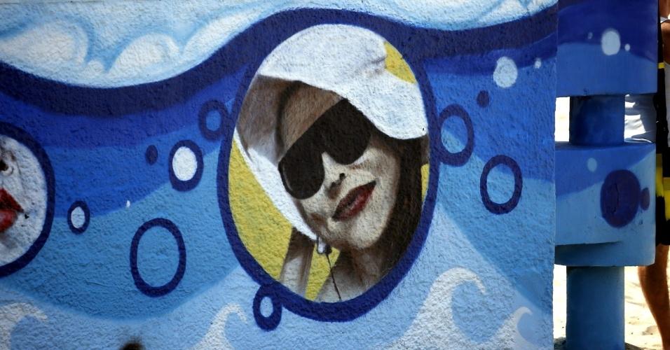 18.jun.2014 - Luana Piovani é homenageada com grafite no Posto 12 do Leblon, na zona sul do Rio. Atriz é paulistana, mas mora no bairro carioca há 20 anos