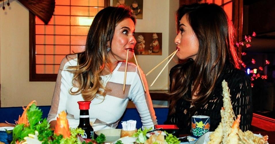 18.jun.2014 - Luciana Gimenez gravou um bate papo descontraído com a apresentadora Sabrina Sato em um resutarante japonês, no tradicional bairro da Liberdade, para o seu programa