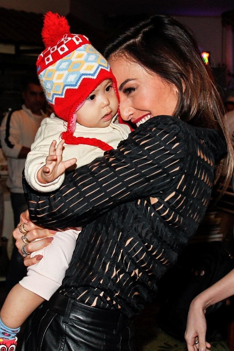 18.jun.2014 - Sabrina Sato se encanta com bebê após gravação de almoço com Luciana Gimenez em um restaurante japonês no bairro da Liberdade, em São Paulo. O bate papo vai ao ar na noite desta quarta, no programa
