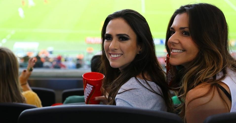 18.jun.2014 - Tatá Werneck confere o jogo entre Chile e Espanha no Maracanã, no Rio de Janeiro