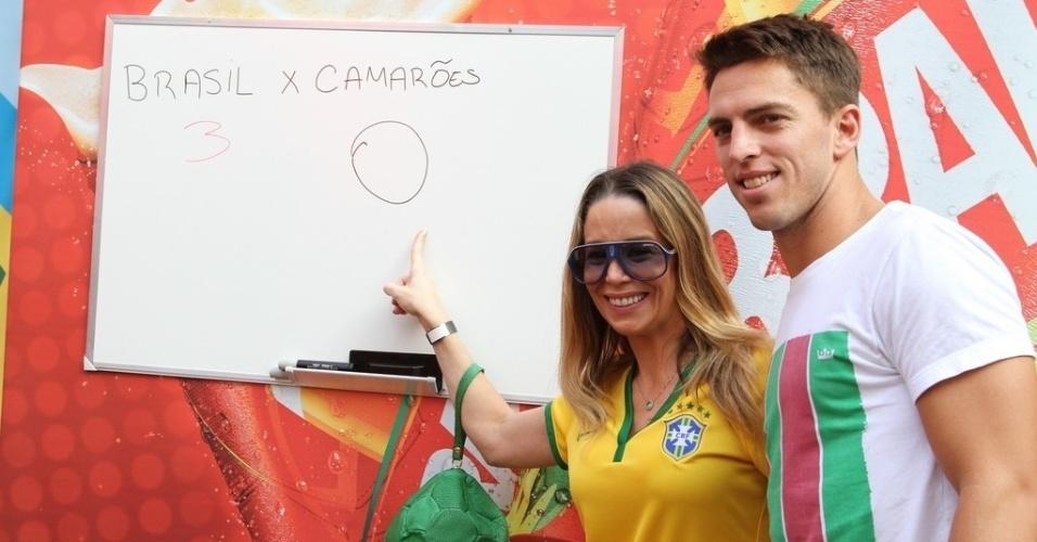 18.jun.2014- Dani Winits e Amaury Nunes apostam que o Brasil vence do Camarões por 3 a 0 no próximo jogo