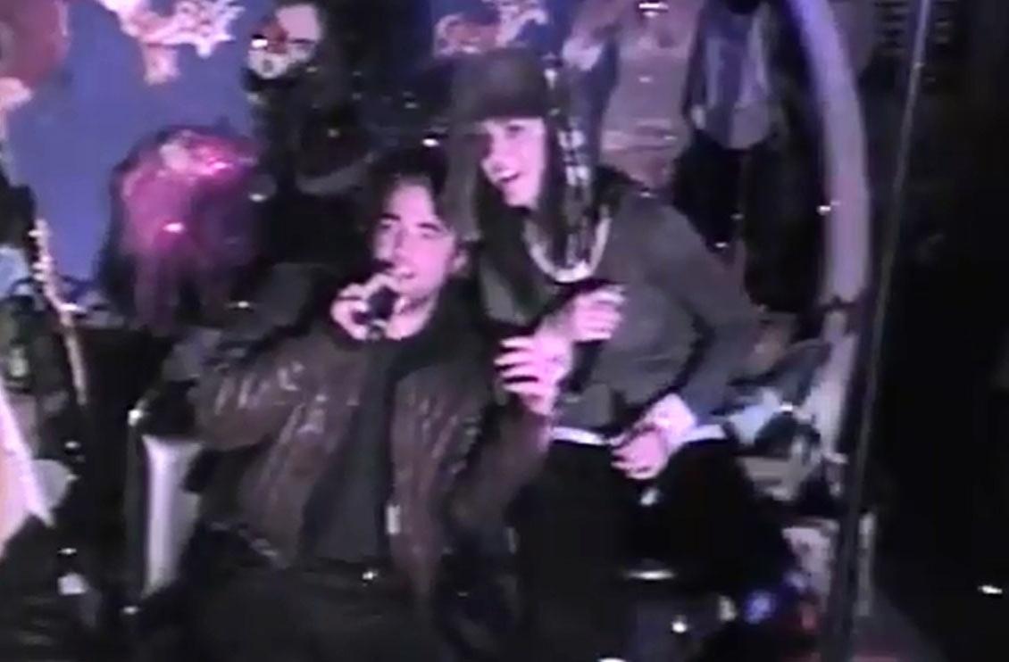 Katy Perry e Robert Pattinson são flagrados cantando em um karaokê juntos