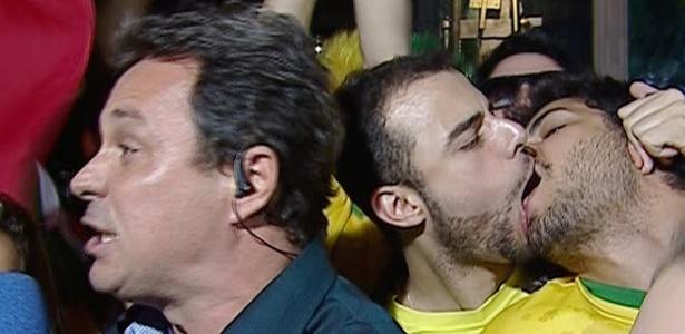 Torcedores se beijam durante entrada ao vivo de repórter da RedeTV!