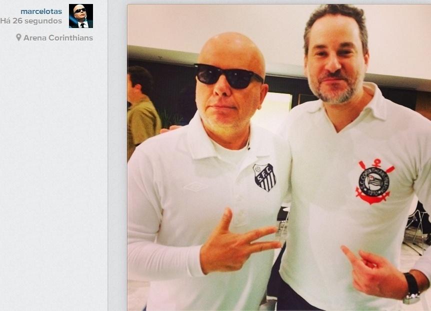 19.jun.2014- Marcelo Tas e Dan Stulbach conferem jogo de Uruguai e Inglaterra em São Paulo com as camisas dos seus times de coração.