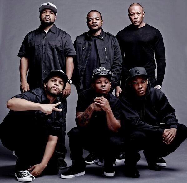 Dr. Dre e Ice Cube, com o elenco e o diretor de