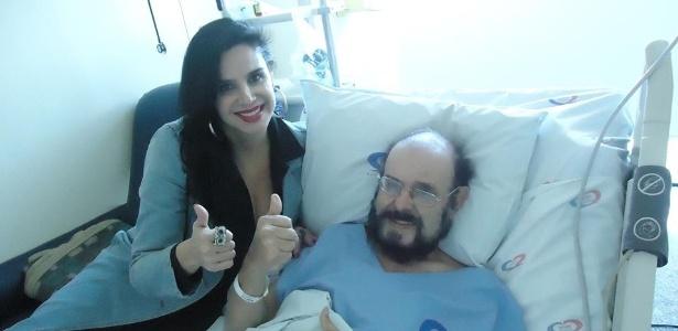 José Mojica Marins com a filha Liz Marins no Incor (Instituto do Coração), em São Paulo, quando recebeu alta no dia 3 de junho
