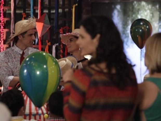 Clara provoca Cadu e pergunta se ele já escolheu se quer ficar com Silvia ou Verônica