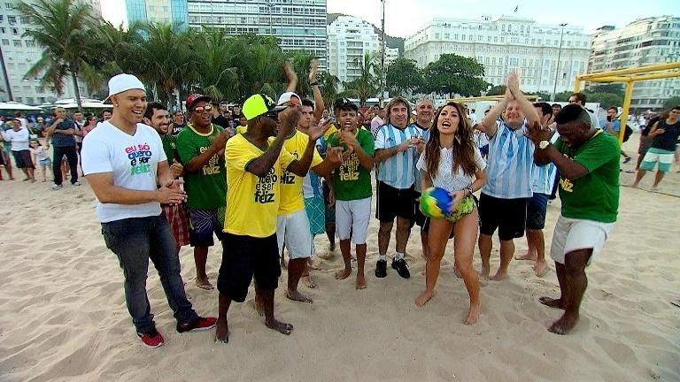 Sabrina Sato interage com os gringos e organiza uma partida entre argentinos e brasileiros em gravação do seu programa que vai ao ar neste sábado (21) às 20h30, na Record