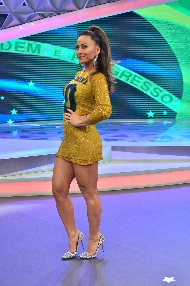 Sabrina Sato usa vestido com as cores do Brasil personalizado com seu nome