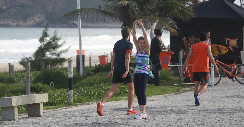 """21.jun.2014 - Reynaldo Gianecchini e Bianca Rinaldi gravam cenas de """"Em Família"""" na orla da praia do Recreio dos Bandeirantes, no Rio de Janeiro"""