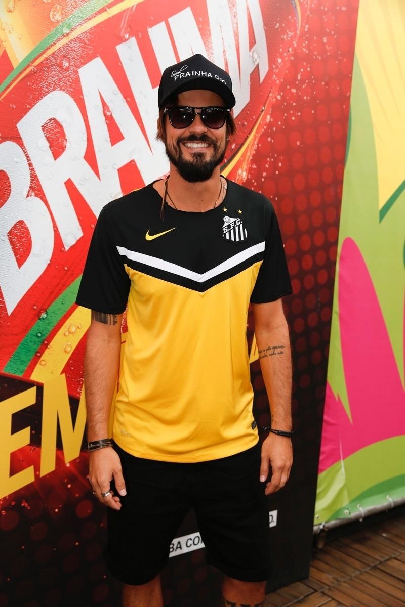 22.jun.2014 - O ator Paulinho Vilhena foi ao Brahma Deck antes de Rússia x Bélgica no Maracanã com a camisa do Santos