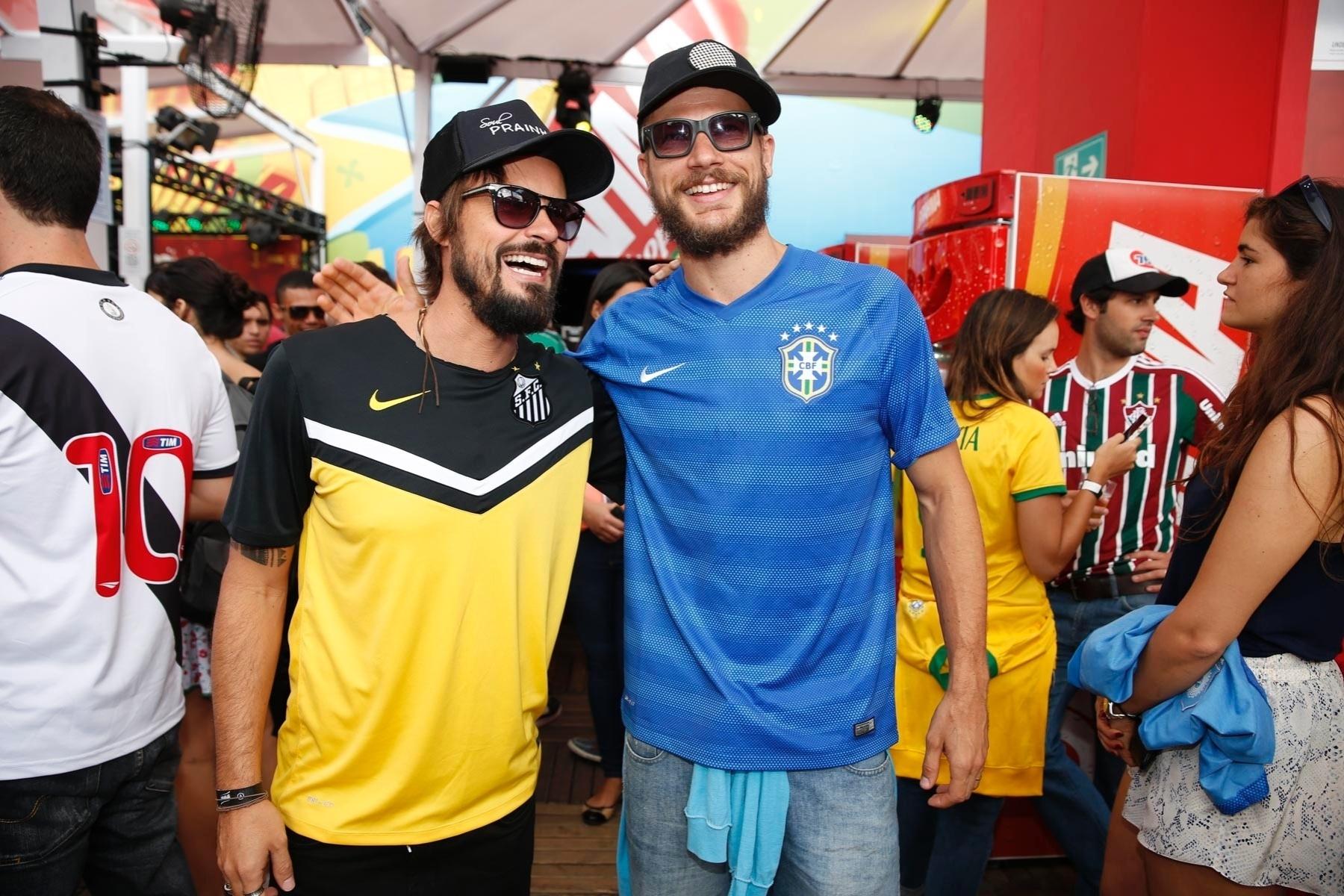 22.jun.2014 - Os atores Paulo Vilhena e Rodrigo Hilbert se encontram no Maracanã antes da partida Rússia x Bélgica. Eles escolheram as camisas do Santos e do Brasil, respectivamente, para acompanhar a partida