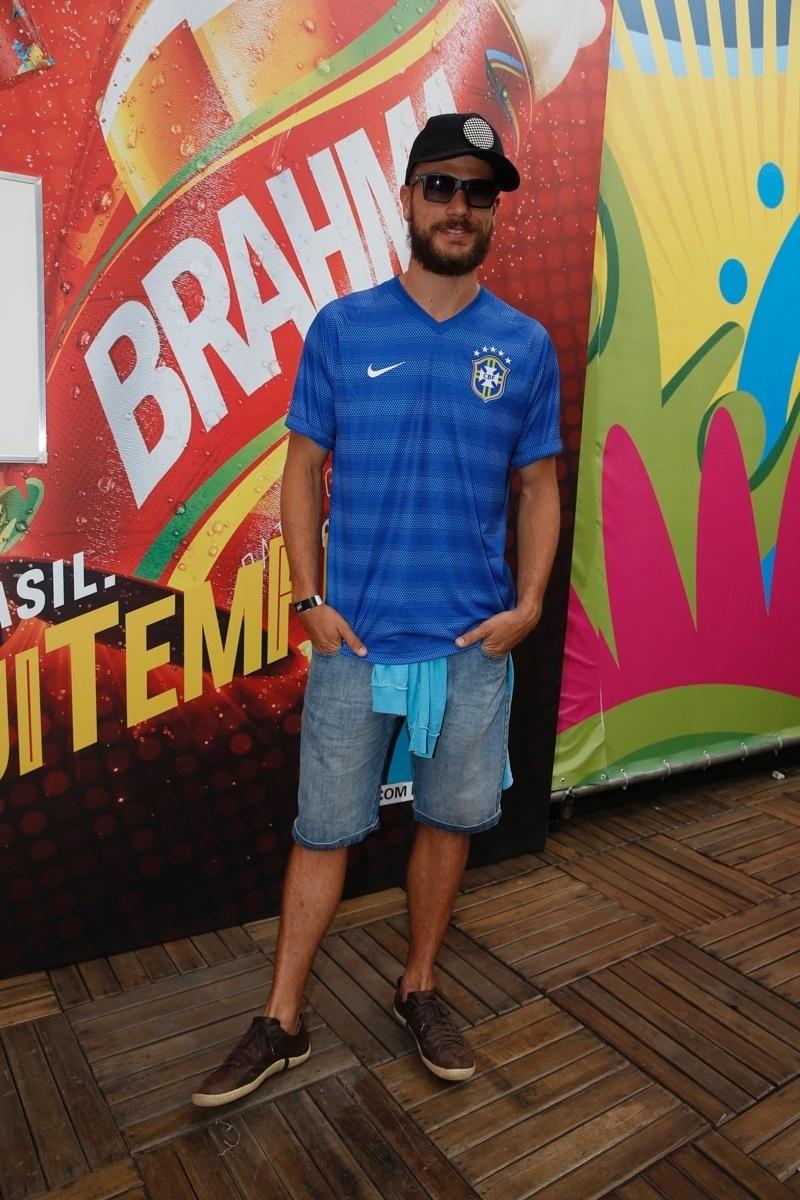 22.jun.2014 - Rodrigo Hilbert vestiu a camisa da seleção brasileira para acompanhar a partida entre Rússia e Bélgica no Maracanã, no Rio de Janeiro
