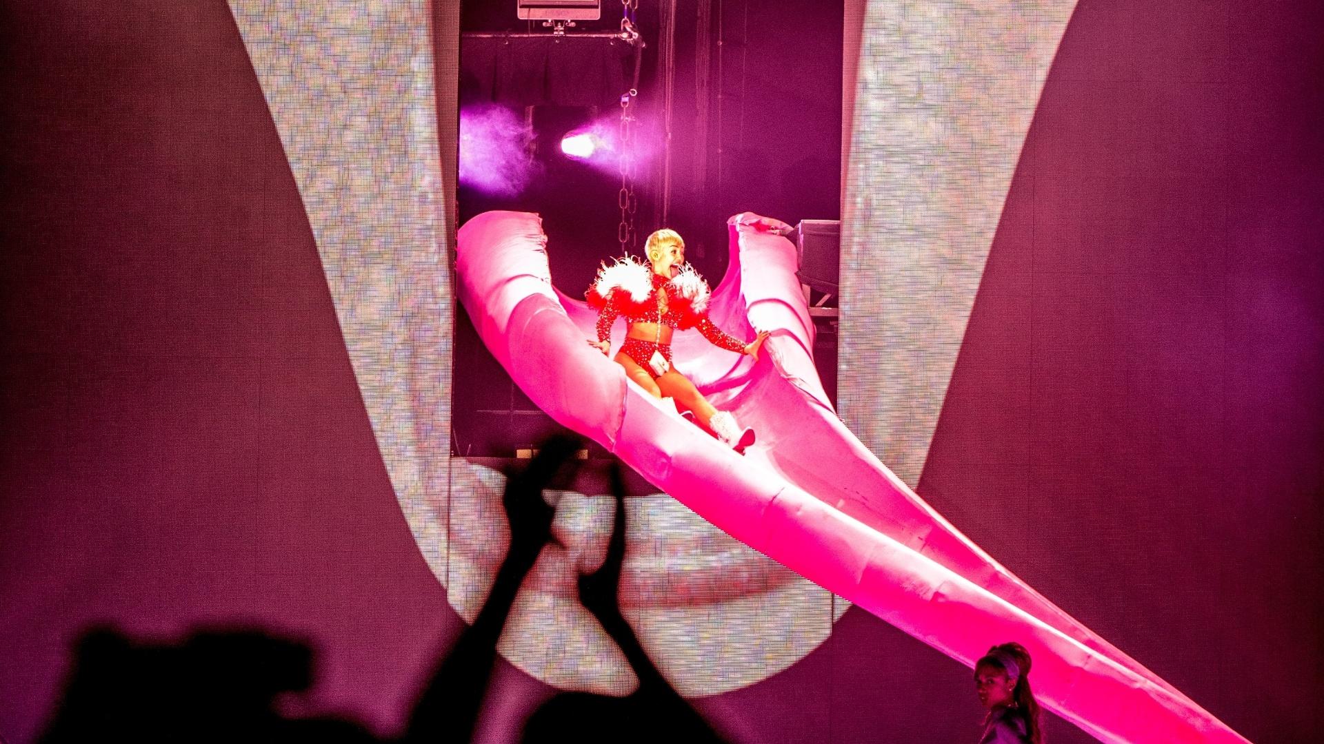 20.fev.2014 - Miley Cyrus brinca de escorregador durante show da Bangerz Turnê em Anaheim, na California