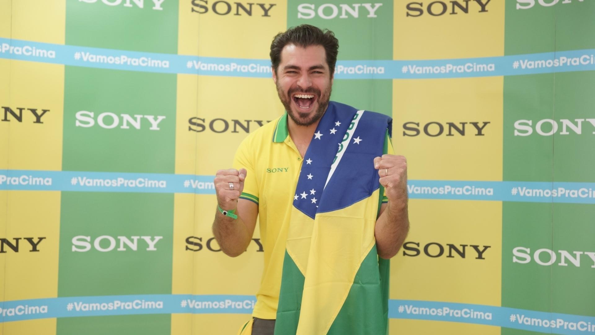 23.jun.2013 - Equipado com a bandeira do Brasil, Thiago Lacerda torce pela seleção contra Camarões em Brasília