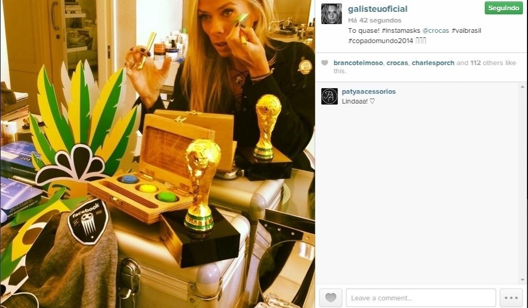 23.jun.2014 - Adriane Galisteu pintou o rosto de verde e amarelo para torcer pelo Brasil. A apresentadora mostrou a preparação do make em seu Instagram.